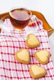 в форме Сердц печенья и чай Стоковая Фотография RF