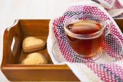 в форме Сердц печенья и чай Стоковое фото RF