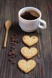в форме Сердц печенья и чашка кофе стоковые фото