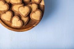 в форме Сердц печенья на деревянном блюде Стоковая Фотография