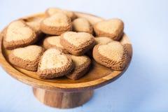 в форме Сердц печенья на деревянном блюде Стоковое фото RF