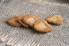 в форме Сердц печенья от вс-зерна flour на linen салфетке Стоковые Фотографии RF