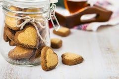 в форме Сердц печенья в стеклянном опарнике Стоковые Изображения