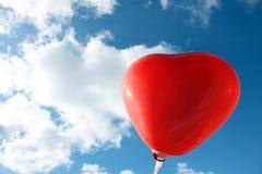 в форме Сердц воздушный шар и небо стоковое изображение