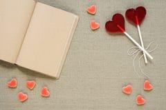в форме Сердц леденцы на палочке, конфеты и старый дневник Стоковые Изображения RF