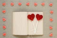 в форме Сердц леденцы на палочке, конфеты и старый дневник Стоковая Фотография