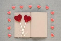в форме Сердц леденцы на палочке, конфеты и старый дневник Стоковое Изображение RF