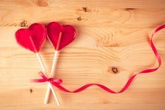 В форме сердц конфета 2 на деревянной предпосылке, влюбленности концепции, счастливой Стоковое фото RF