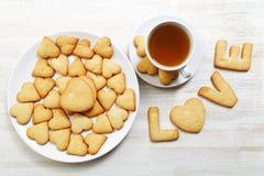 в форме Сердц печенья и чашка чаю Стоковые Фото
