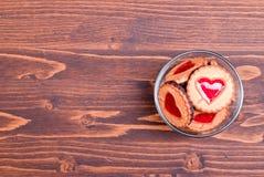 в форме Сердц печенья на день валентинки на доске Стоковое Фото