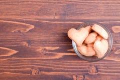 в форме Сердц печенья на день валентинки на доске Стоковые Изображения RF