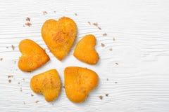 в форме Сердц печенья на деревянной предпосылке Стоковая Фотография