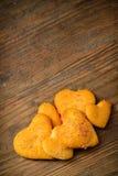 в форме Сердц печенья на деревянной предпосылке Стоковые Фотографии RF