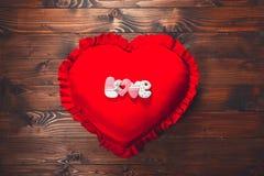 в форме Сердц печенья на красной подушке, на день ` s валентинки Стоковое Фото