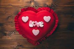 в форме Сердц печенья на красной подушке, на день ` s валентинки Стоковая Фотография RF