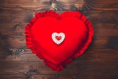 в форме Сердц печенья на красной подушке, на день ` s валентинки Стоковое Изображение