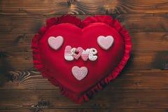 в форме Сердц печенья на красной подушке, Стоковое фото RF