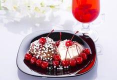 2 в форме сердц торта в белизне и черноте Стоковое Фото
