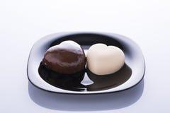 2 в форме сердц торта в белизне и черноте Стоковая Фотография