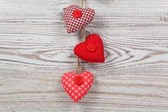 в форме Сердц украшение на древесине стоковое фото