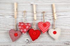 в форме Сердц украшение на древесине стоковое изображение