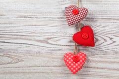 в форме Сердц украшение на древесине стоковые фотографии rf