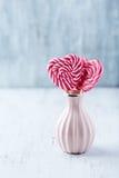 2 в форме Сердц Lollies в малой вазе Стоковая Фотография RF