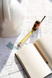 В чертеже карандаш, шлем и рулетка Стоковые Фото