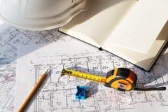 В чертеже карандаш, шлем и рулетка Стоковое Изображение