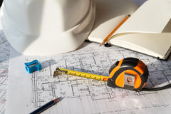 В чертеже карандаш, шлем и рулетка Стоковое фото RF