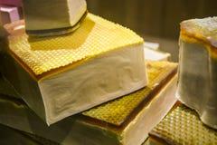 В шоу-окне частей магазина мыла различных формы и цвета, handmade Натуральный продучт Шоппинг стоковые изображения