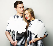 Влюбчивые пары держа чистый лист бумаги на ручке Стоковое Изображение