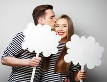 Влюбчивые пары держа чистый лист бумаги на ручке Стоковая Фотография