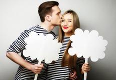 Влюбчивые пары держа чистый лист бумаги на ручке Стоковые Фото
