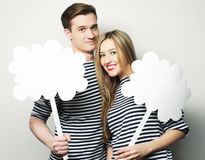 Влюбчивые пары держа чистый лист бумаги на ручке Стоковые Изображения