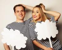 Влюбчивые пары держа чистый лист бумаги на ручке Стоковая Фотография RF