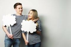 Влюбчивые пары держа чистый лист бумаги на ручке Стоковое фото RF