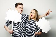 Влюбчивые пары держа чистый лист бумаги на ручке Стоковые Фотографии RF