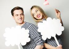 Влюбчивые пары держа чистый лист бумаги на ручке Стоковое Изображение RF