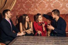 2 влюбчивых пары празднуя совместно на ресторане Стоковая Фотография RF