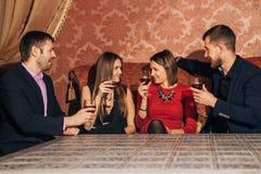 2 влюбчивых пары празднуя совместно на ресторане Стоковое Изображение RF