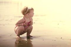 Влюбленность брата и сестры на пляже Стоковая Фотография RF