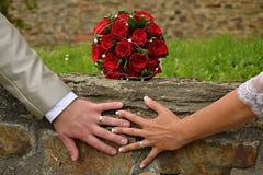Влюбленность - букет и руки свадьбы Стоковая Фотография