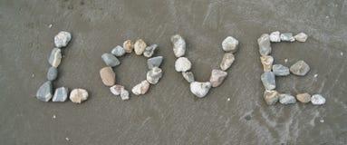 влюбленность изолированная предпосылкой над камнями белыми Стоковое Фото