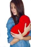 Влюбленность и брюнет дня валентинки красивое держа красное сердце в руках изолированных на белой предпосылке Стоковые Фотографии RF