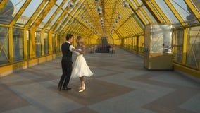 Влюбленность и предложение танца танго свадьбы видеоматериал