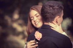 Влюбленность и привязанность между молодой парой стоковые фотографии rf