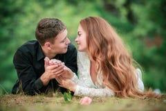 Влюбленность и привязанность между молодой парой стоковое изображение