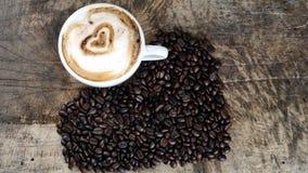 Влюбленность кофе с сердцами на молоке, искусством кофе Latte Стоковые Фото