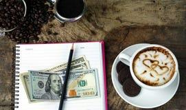 Влюбленность кофе с сердцами на молоке, искусством кофе Latte Стоковые Фотографии RF